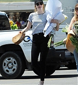 Emma_Stone_-_In_Los_Angeles_-_August_112C_2019-02.jpg