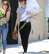 Emma_Stone_-_In_Los_Angeles_-_August_112C_2019-04.jpg