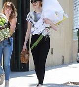 Emma_Stone_-_In_Los_Angeles_-_August_112C_2019-04.jpg