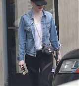 Emma_Stone_-_In_Los_Angeles_on_June_10-06.jpg