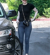 Emma_Stone_-_Visiting_a_friend_in_Los_Angeles_on_July_11-05.jpg