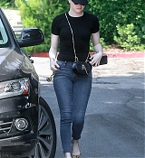 Emma_Stone_-_Visiting_a_friend_in_Los_Angeles_on_July_11-08.jpg
