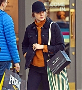 Emma_Stone_-_Visiting_a_traditional_British_Pub_in_Primrose_Hill2C_North_London_28October_282C_201929-02.jpg