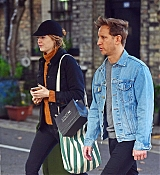 Emma_Stone_-_Visiting_a_traditional_British_Pub_in_Primrose_Hill2C_North_London_28October_282C_201929-03.jpg