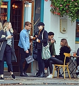 Emma_Stone_-_Visiting_a_traditional_British_Pub_in_Primrose_Hill2C_North_London_28October_282C_201929-04.jpg
