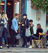 Emma_Stone_-_Visiting_a_traditional_British_Pub_in_Primrose_Hill2C_North_London_28October_282C_201929-04.jpg