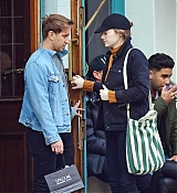 Emma_Stone_-_Visiting_a_traditional_British_Pub_in_Primrose_Hill2C_North_London_28October_282C_201929-06.jpg