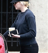 Emma_Stone_-_Visits_doctor_s_office_with_her_mom_Krista_in_Brentwood_on_July_1-35.jpg
