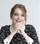 Emma_Stone_-__The_Favourite__Press_Conference_in_LA_111718-18.jpg