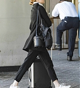 Emma_Stone_on_her_way_to_board_a_train_in_New_York_-_June_1400002.jpg