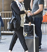 Emma_Stone_on_her_way_to_board_a_train_in_New_York_-_June_1400003.jpg
