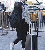 Emma_Stone_on_her_way_to_board_a_train_in_New_York_-_June_1400004.jpg